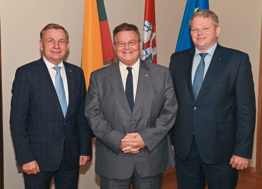 Ekonomikos ir inovacijų ministras R. Sinkevičius , užsienio reikalų ministras L. Linkevičius ir žemės ūkio ministras A.Palionis.